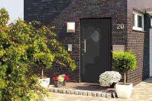 Referenz einer Nebentür in einem Backstein Wohnhaus.