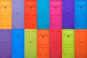 Verschiedene Haustüren in vielen unterschiedlichen Farben und Typen.