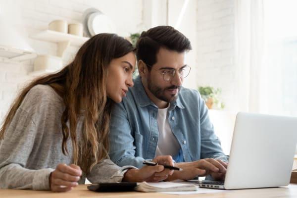 Paar konfiguriert gemeinsam am PC neue Fenster auf Maß