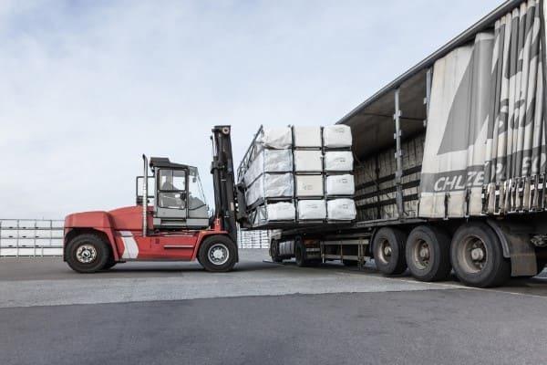 LKW wird mit Fensterprofilen für Fensterhersteller beladen