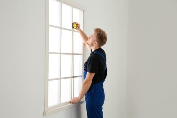 Mann ermittelt Fensterhöhe