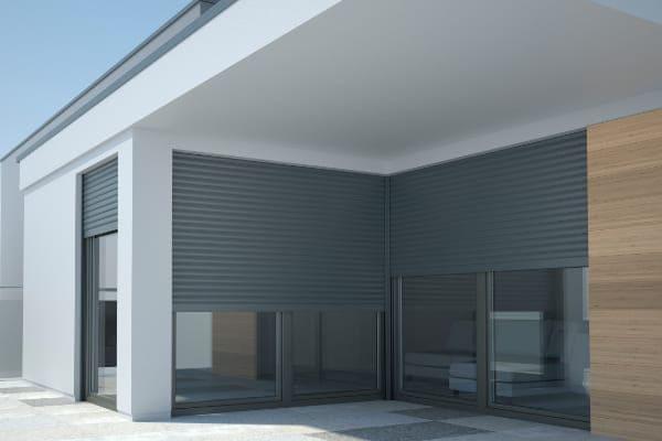 Große Fenster mit halb heruntergelassene Aufsatzrollläden