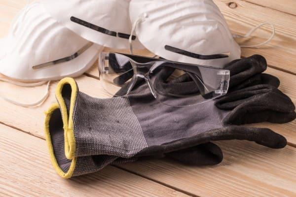 Sicherheitskleidung für den Fensterausbau liegt vorbereitet bereit
