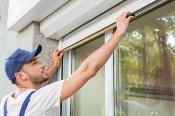 Breite eines Fensters wird durch Handwerker von außen ermittelt