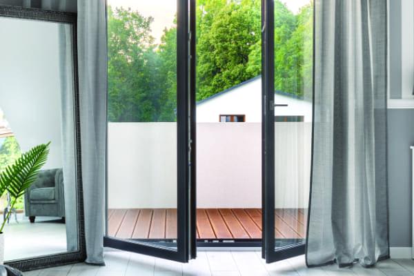 Eine farbige Balkontür als Beispiel für alle Farben in denen Balkontüren aus Kunststoff erhältlich sind.