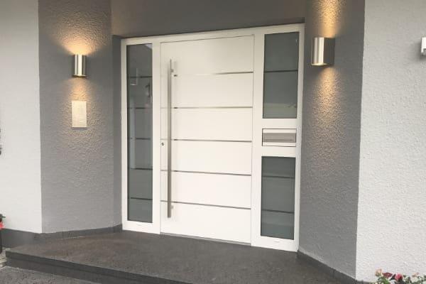 Die Funktion einer Haustuer in weiß und hell grauer Wand.