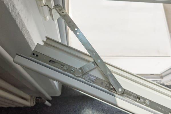 Gekipptes Fenster von oben mit Blick auf die Kipp-Schere-Mechanik des Dreh-Kipp-Beschlags