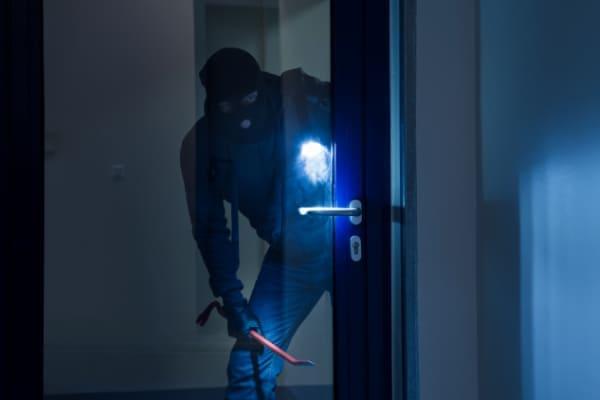 Einbrecher kommt durch Nebeneingangstuer