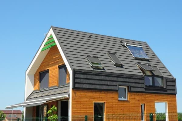 Passivhaus und Niedrigenergiehaus welches den U-Wert an die vorhandenen Anforderungen angepasst hat.