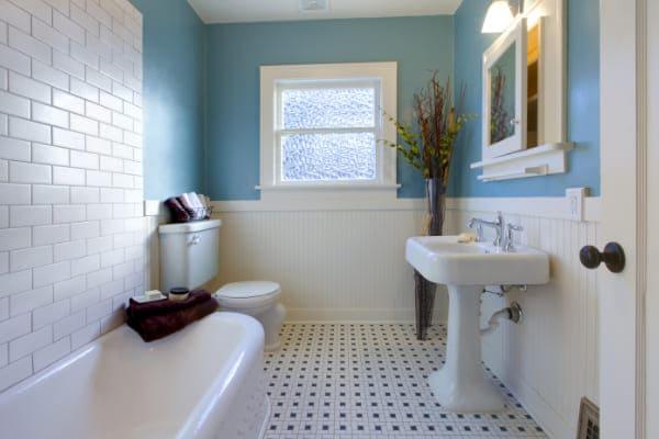 Blick in Badezimmer mit Ornamentglas Fenster