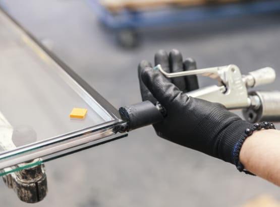 Fertigung in der die Herstellung von Schallschutzglas abläuft.