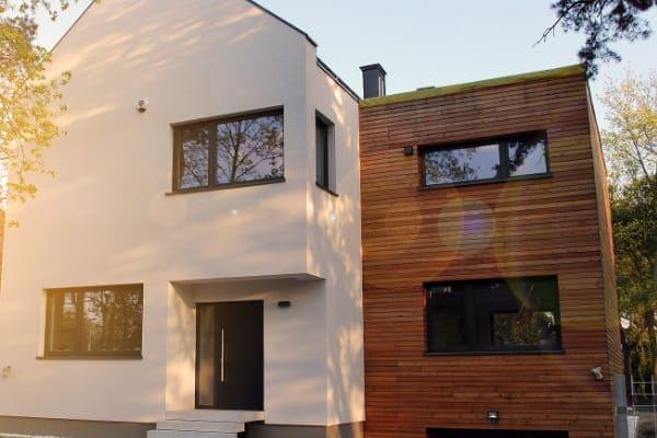 Modernes Haus mit Aluminiumfenstern auf Passivhausniveau.