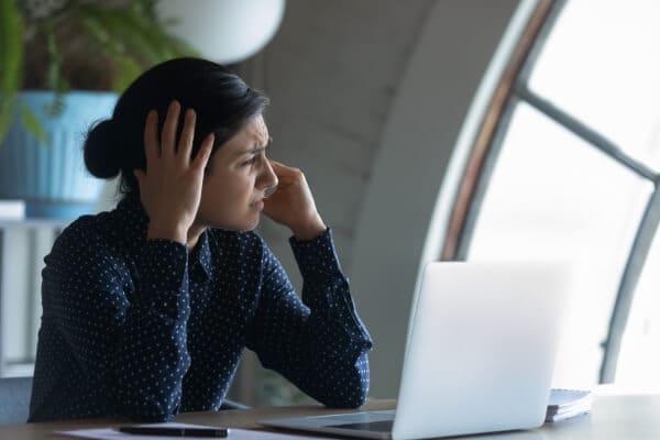 Das Verhalten von Schall bereitet einer Frau Unbehagen und Kopfschmerzen.