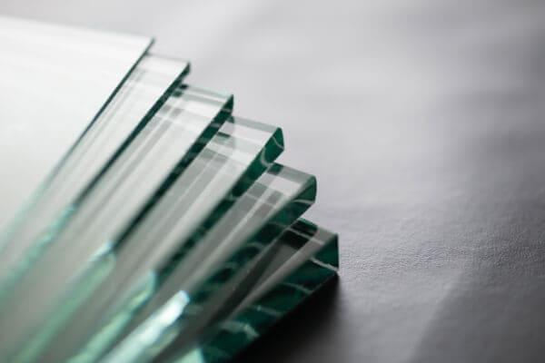 Verschiedene Glasdicken zeigen den Aufbau von Schallschutzglas.