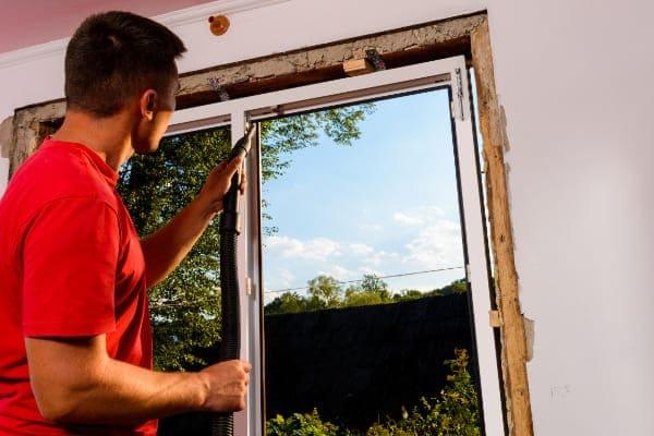 Altbau bekommt ein Komplettaustausch der Fenster, Handwerker führt diesen durch.