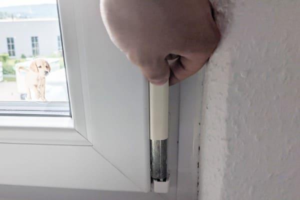 Abdeckkappe wird angehoben, um das Fenster einzustellen