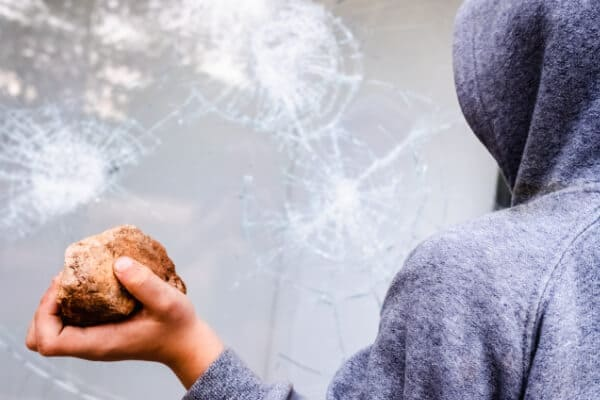 Sicherheit bei einem Dreifachglas hält Steinwerfer ab.