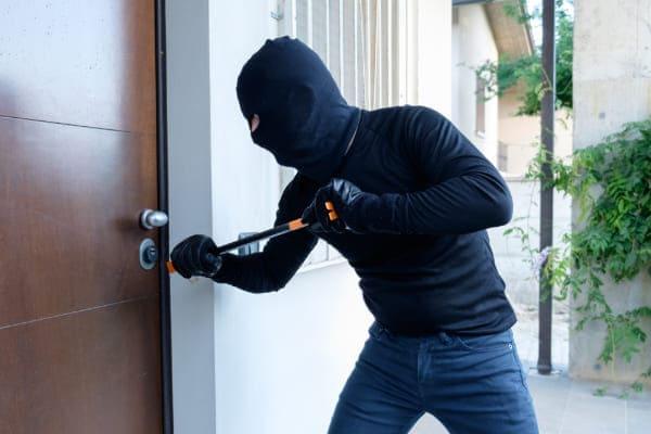 Sicherheit wird geprüft durch Einbruchversuch eines Einbrechers.
