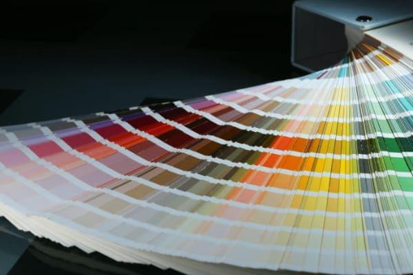 Ein Farbfächer über RAL Farben, die den gestalterischen Spielraum von beschichteten Aluminiumfenstern verdeutlichen.