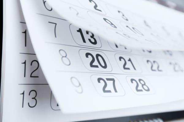 Kalender mit Blättern für Termin der Lieferung der PVC Fenster.
