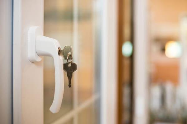Auch mit Kleinigkeiten wie neuen Fenstergriffen lässt sich der Einbruchschutz erhöhen.