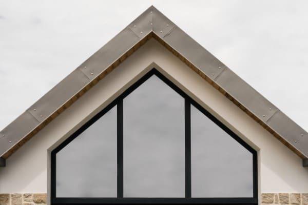 Giebelfenster in spitzer Trapezform