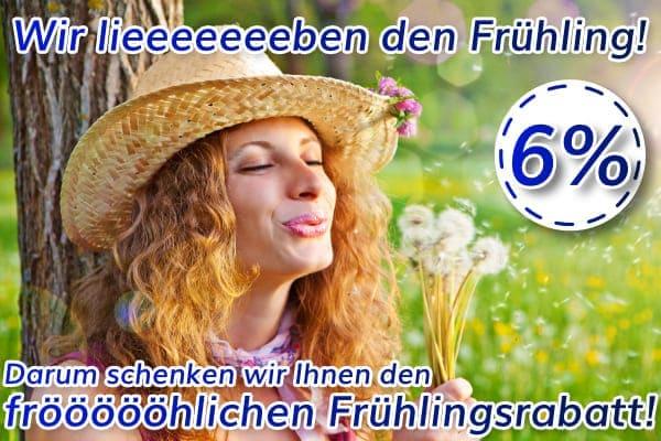 Frau mit Strohhut pustet Pusteblumen vor Freude wegen 6% Frühlingsrabatt