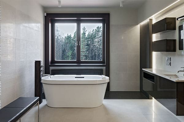 Badezimmer mit schwarzem Aluminiumfenster