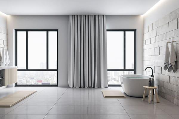 Badezimmer mit schwarzen Aluminium-Kunststofffenster