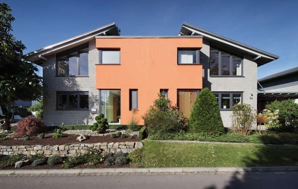 Haus mit Dreiecksfenster und Eckfenster