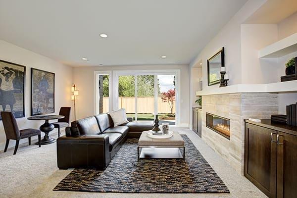 Wohnzimmer mit schöner großen Fensterfront mit Balkontüren.