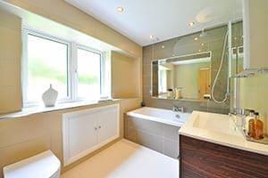 Modernes Badezimmer mit großem Fenster.