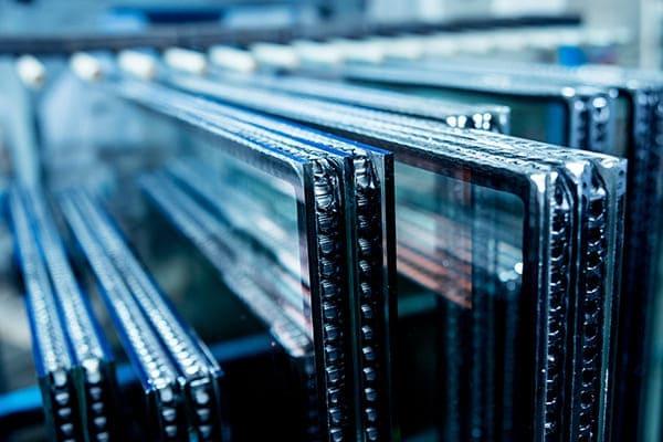 Fensterglasscheiben ohne Fensterrahmen stehen im Produktionshalle.