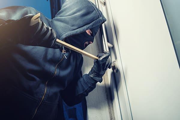 Einbrecher versucht Tür aufzubrechen.