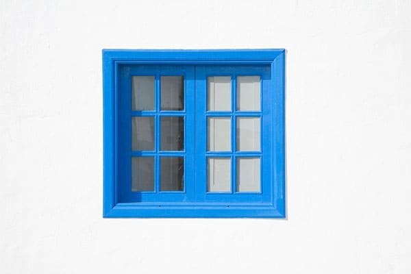 Weisse Wand blaues Fenster