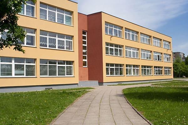Schulgebäude mit Fenstern