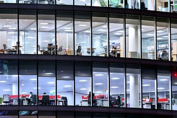 Bürogebäude von aussen mit vielen Fenstern
