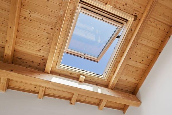 Klapp-Schwingfenster im Dach