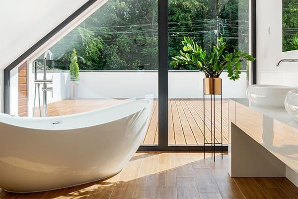 Badezimmer im Dachgeschoss mit großen Fensterfronten.