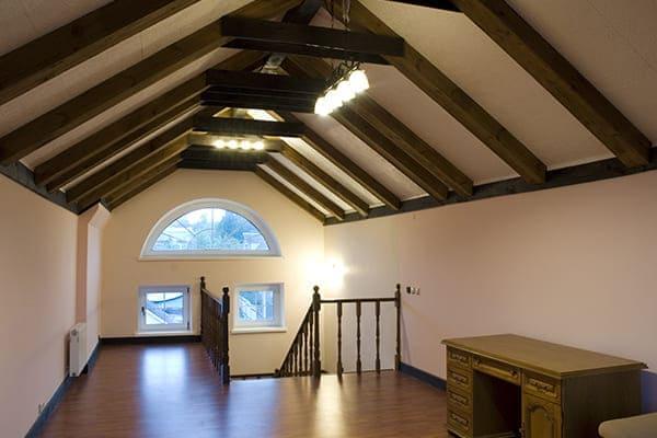 Altbau Dachboden mit Holztreppe nach unten.