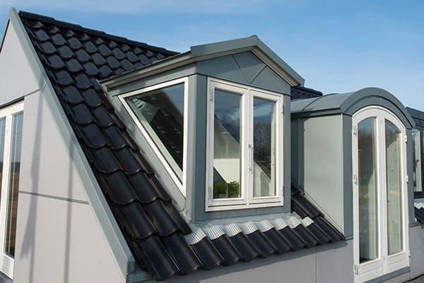 Dachgauben mit Fenster von außen gesehen.