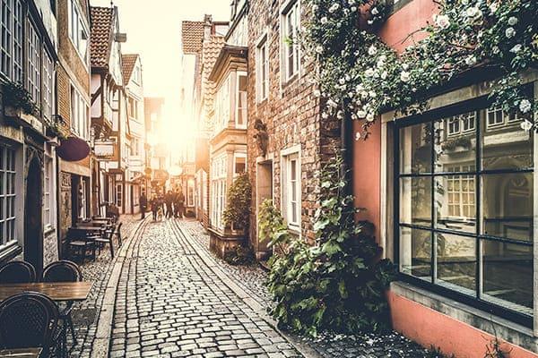 Kleine Gasse mit lauter alten Gebäuden und Denkmalschutzfenstern.
