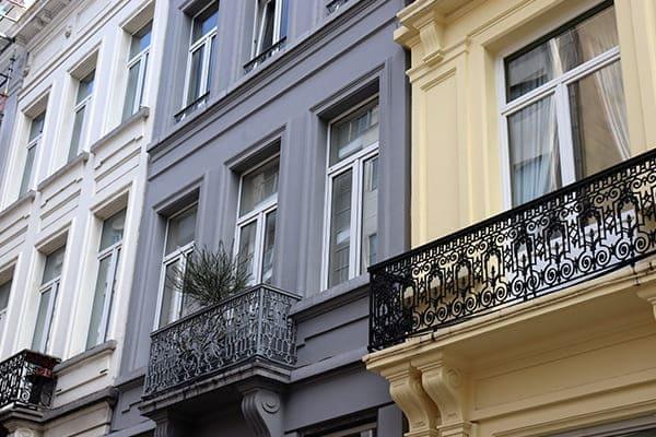 Denkmalschutzgebäude von außen mit neuen Kunststofffenstern.