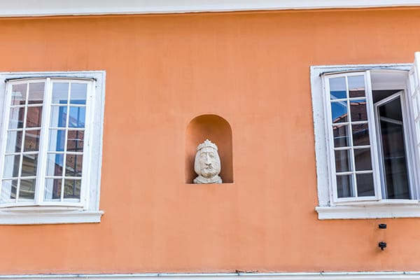 Oranges Haus von außen gesehen mit Sprossenfenster.