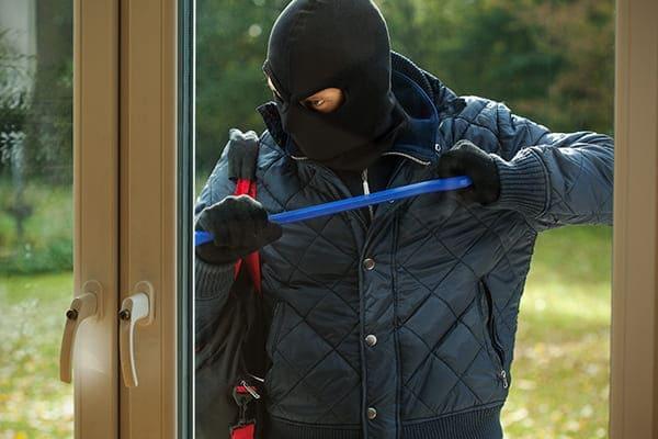 Einbrecher versucht von außen das Doppelflügelige Fenster zu öffen.