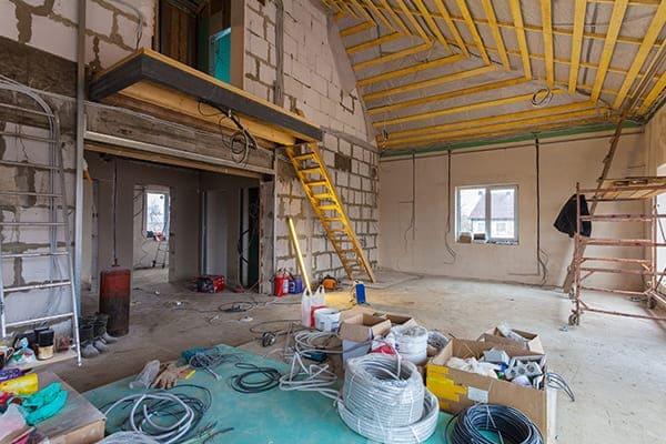 Werkstoffe für Reparaturen und Werkzeuge für Umbau im Haus. Rohbau von innen gesehen.