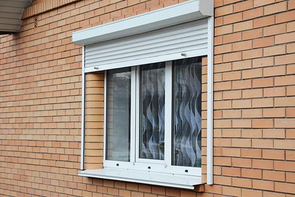 Vorbaurollo von außen gesehen mit 3-fach Verglasen Fenster im Hintergrund.