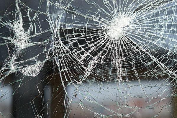 Zerborchene Fensterglasscheibe, die aber nicht in splitern zerfallen ist.