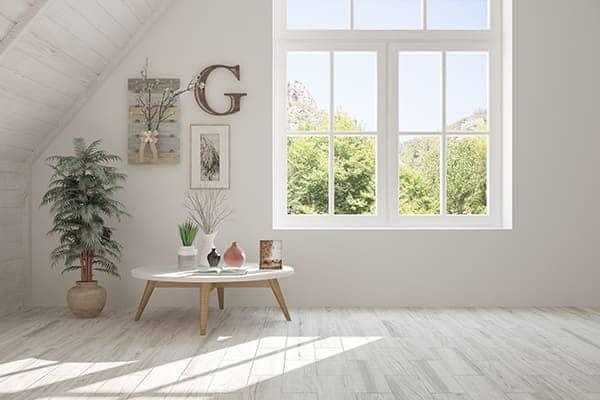 Schönes helles Zimmer mit zweit teiligen Fenster und Sprossen.