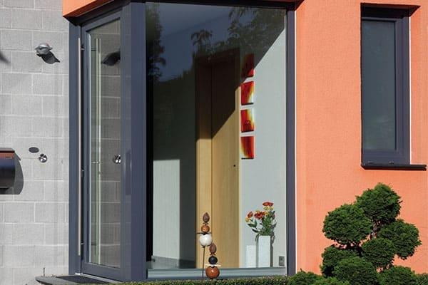 Haustür mit Eckfenster